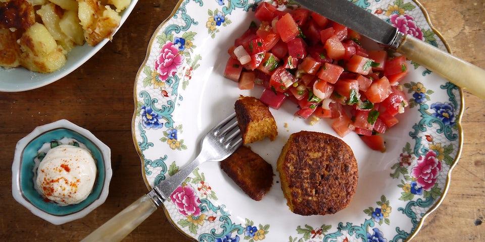 3095 Vegetarische Gehacktbal Met Gestoofde Chioggia Biet Met Lente Ui En Gebakken Aardappels