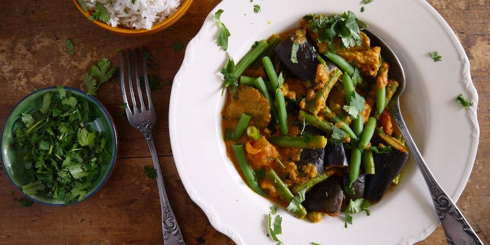 3138 Curry Van Aubergine Sperziebonen En Roze Vleestomaten