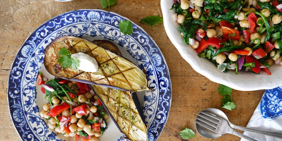 3242 Geroosterde Aubergine Met Salade Van Kikkererwten Paprika Spinazie En Zure Room