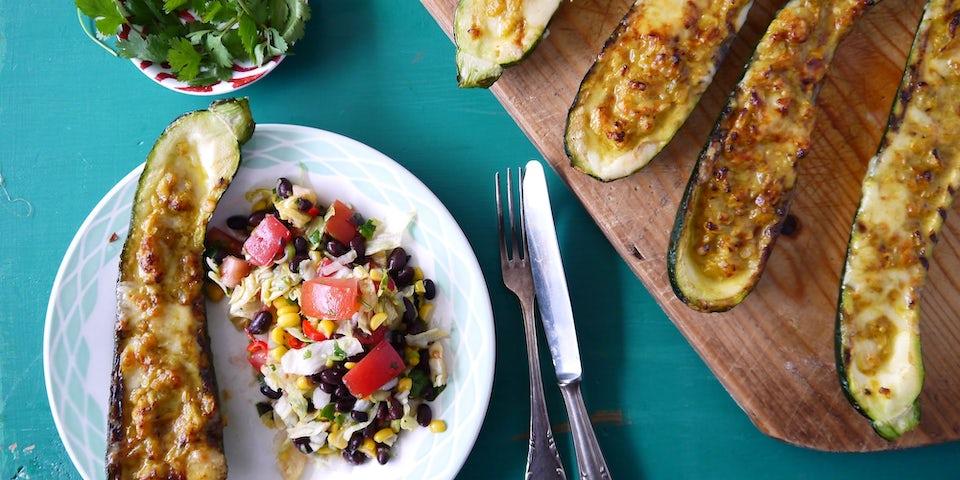 3276 Gevulde Courgettes Met Pittige Boerderijkaas En Gevulde Mexicaanse Bonen Salade