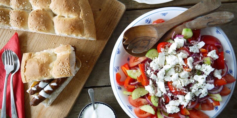 3305 Merguezworstjes Met Turks Brood En Een Griekse Salade