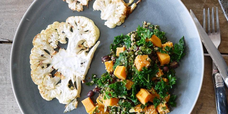 3306 Bloemkoolsteak Met Salade Van Quinoa Paarse Boerenkool Zoete Aardappel En Tahin