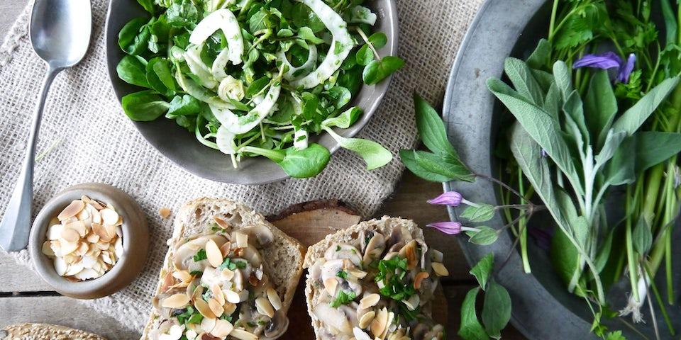 3388 Salade Soep Uit De 14E Eeuw Met Champignons Op Brood Uit De 15E Eeuw