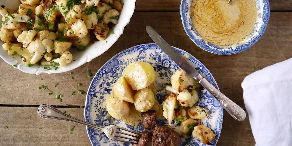 3427 Kalfsgehaktballen Met Gekookte Aardappels Mosterdcremesaus En Gebakken Bloemkool