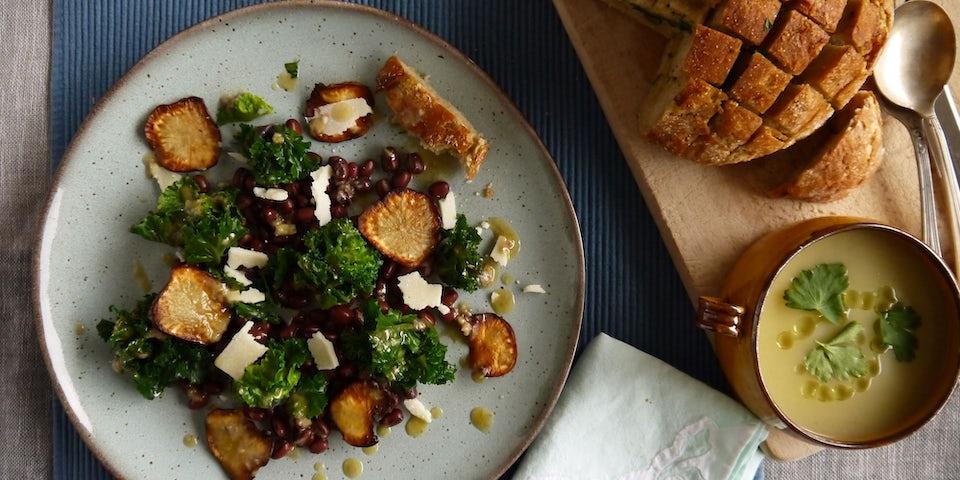 3515 Salade Van Flowersprouts Adukibonen En Aardpeerchips Met Aardpeersoep En Brood