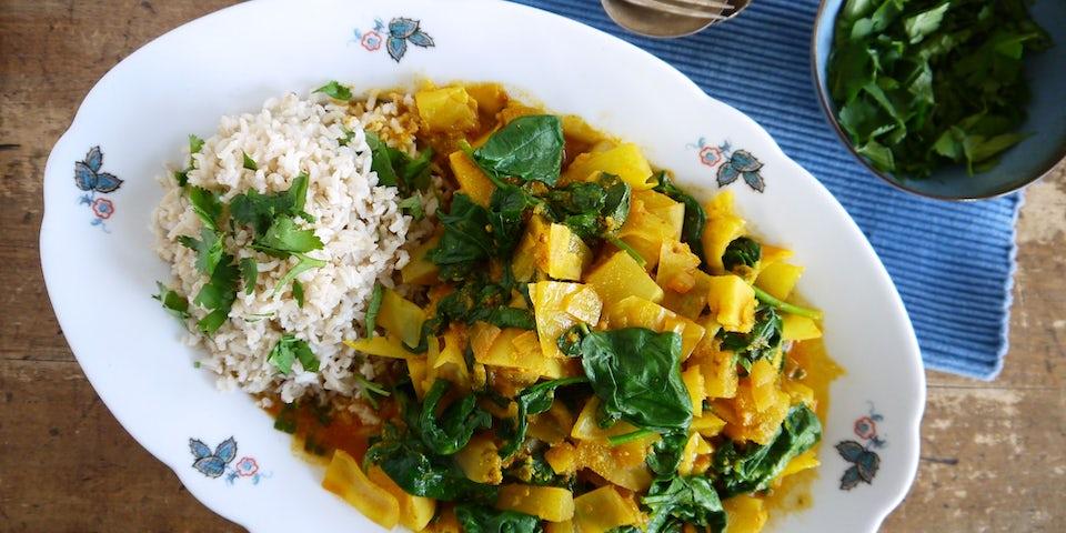 3596 Hartverwarmende Curry Van Bataat Witte Kool Yacon Met Yoghurt En Koriander