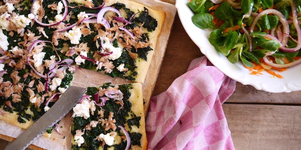 3622 Pizza Met Tonijn Spinazie Rode Ui En Ricotta En Een Gevulde Salade