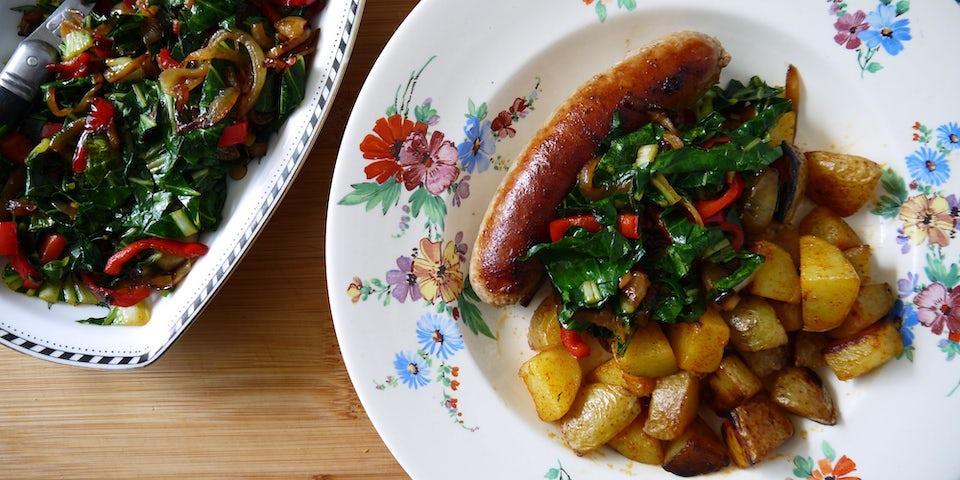 3646 Braadworst Met Gebakken Aardappeltjes En Geroerbakte Amsoi En Paprika