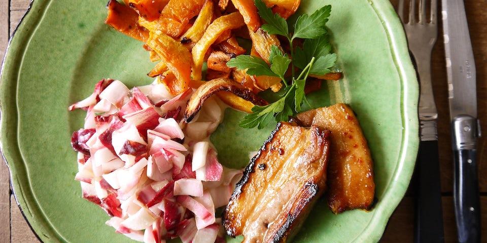 3655 Sticky Speklapjes Met Groentefrietjes En Salade Van Roodlof Met Zilveruitjes