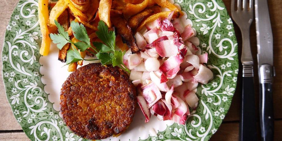 3657 Lenteburger Met Groentefrietjes En Salade Van Roodlof Met Zilveruitjes