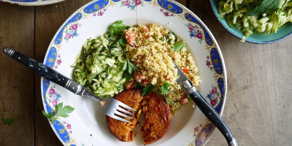 3757 Boon Falafel Balletjes Met Frisse Courgette Salade En Couscous Met Tomaat En Groene Kruiden