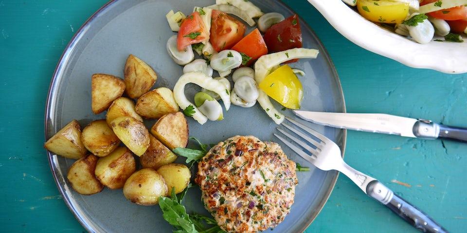 3765 Zalmburger Met Gebakken Aardappels En Een Salade Van Tuinbonen Venkel Tomaat En Koriander