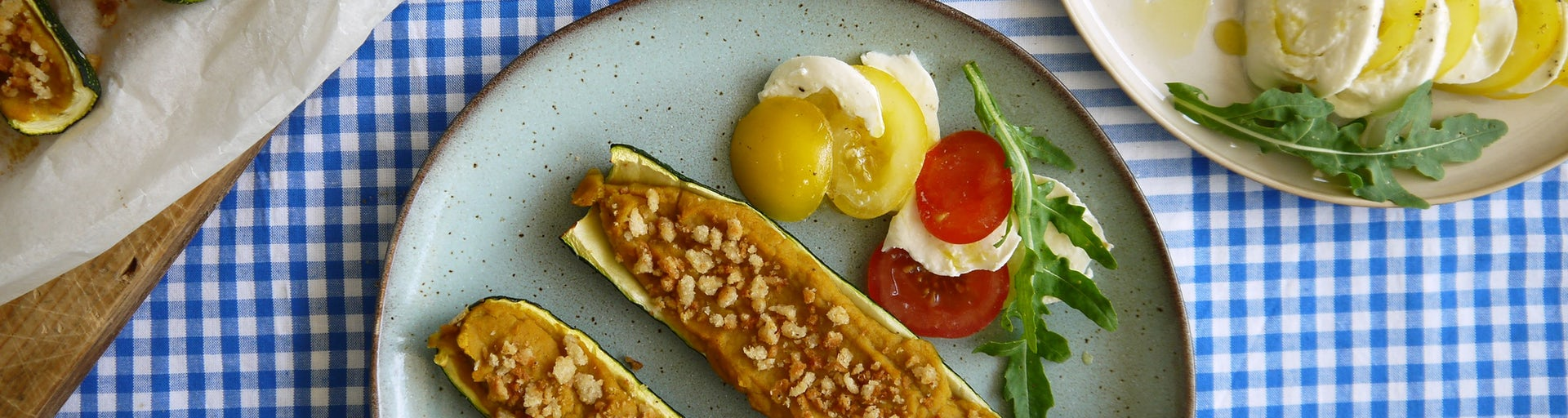 3766 Courgette Gevuld Met Boterbonenpuree En Pangrattato Met Een Salade Van Mozzarella En Tomaat