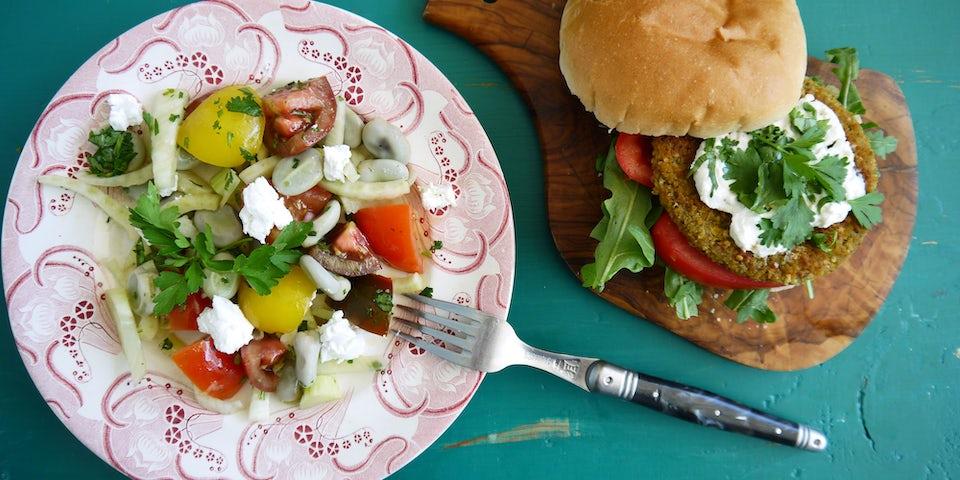 3768 Groenteburger Met Rucola En Geitenkaas En Een Salade Van Tuinbonen Venkel En Tomaat