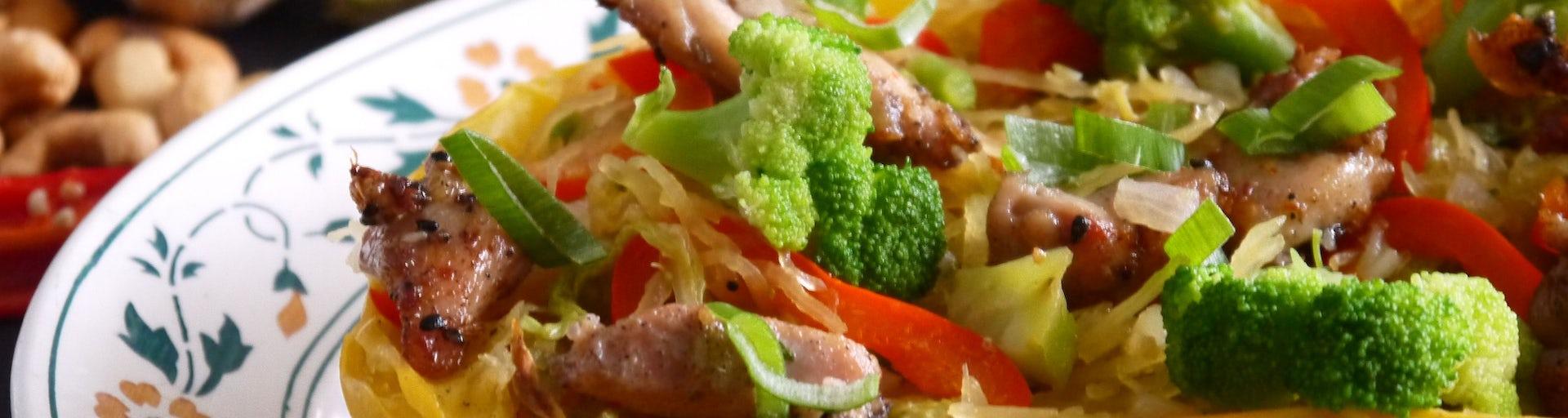 3836 Spaghettipompoennoedels Met Roerbak Van Kip Broccoli En Paprika