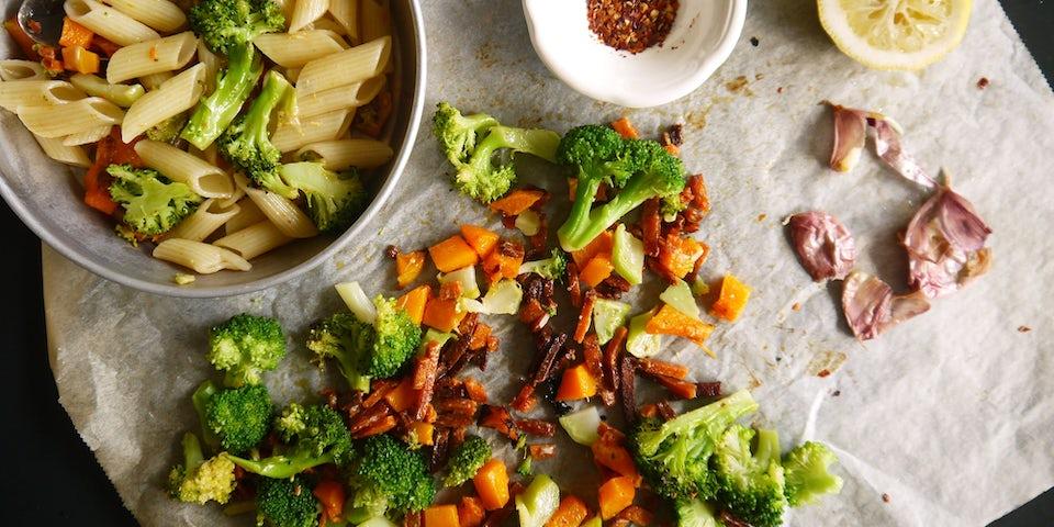 3893 Penne Met Flespompoen Broccoli Vegetarische Speckjes Gepofte Knoflook En Kappertjes
