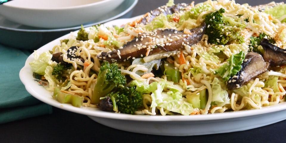 3923 Burnt Broccoli Met Kastanjechampignons En Een Noedelsalade Van Chinese Kool Yacon En Tauge