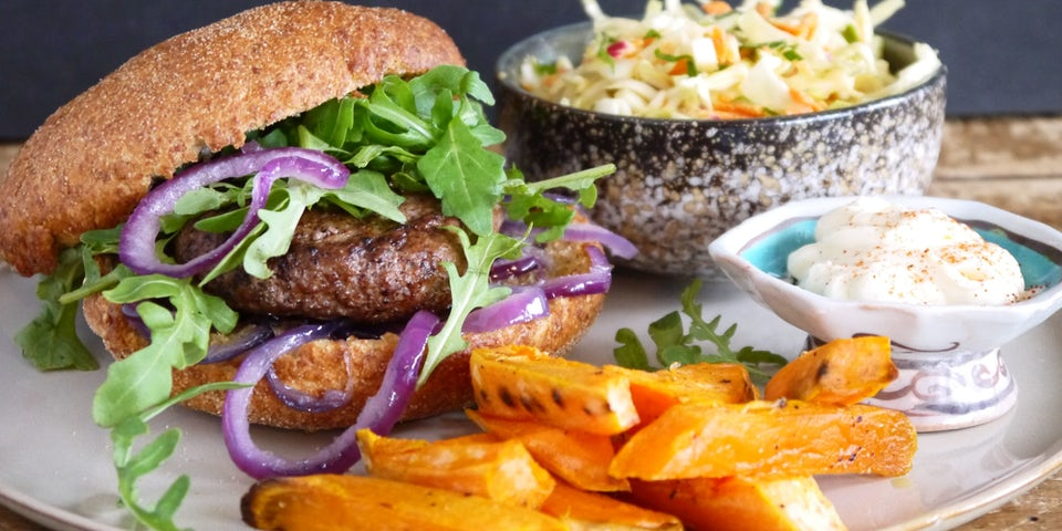 Wk-2-broodje-burger-coleslaw-bataat-friet-gebakken-uien-FP-min