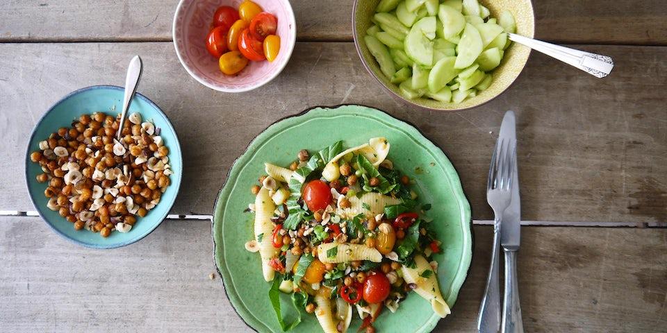 Wk 21 conchiglie met tomaatjes amsoi courgette kikkererwten hazenoten en komkommer
