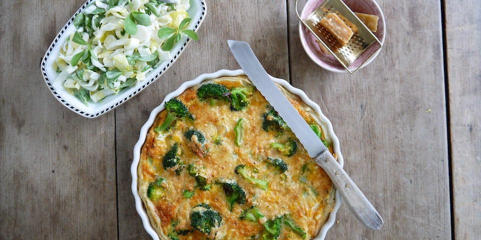 Broccolitaart met witlof-zomerposteleinsalade   maaltijdbox recepten