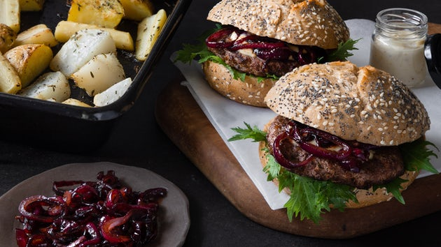 Wk 45 Wildzwijnburger met gekarameliseerde rode ui en gegrilde ovengroenten