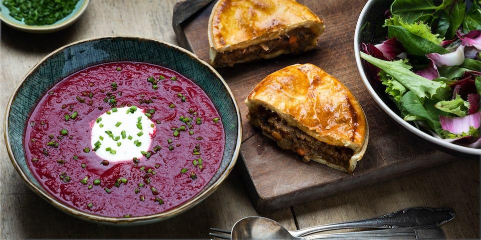 Marokkaanse bietensoep met een briochebol en sla met roodlof en venkel   Maaltijdbox recepten