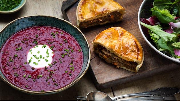 Marokkaanse bietensoep met een brochebol en sla met roodlof en venkel | Maaltijdbox recepten