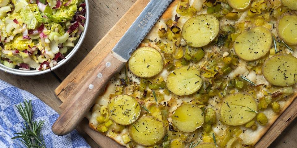 Wk 10 Flammkuchen met prei aardappel en rozemarijn en frisse salade