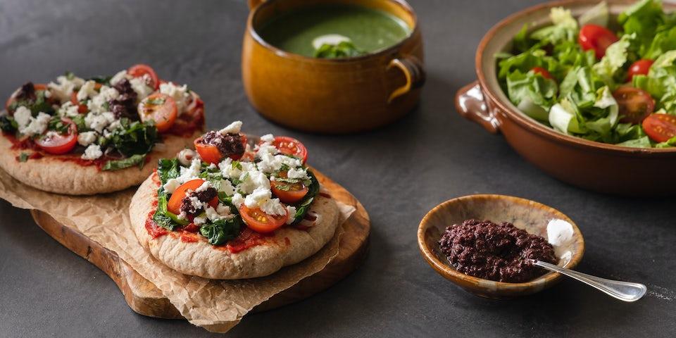 Wk 14 Pitapizza met feta olijventapenade spinazie tomaat en overjarige kaas met spinaziesoep 3