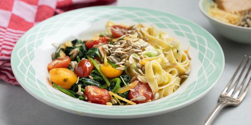 Wk 17 Romige tagliatelle met overjarige kaas spinazie tomaatjes en zonnebloempitten