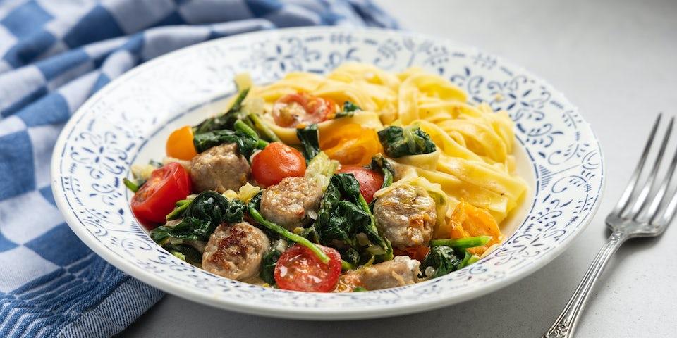 Wk 17 Romige tagliatelle met varkenssaucijs spinazie tomaatjes en spitskool