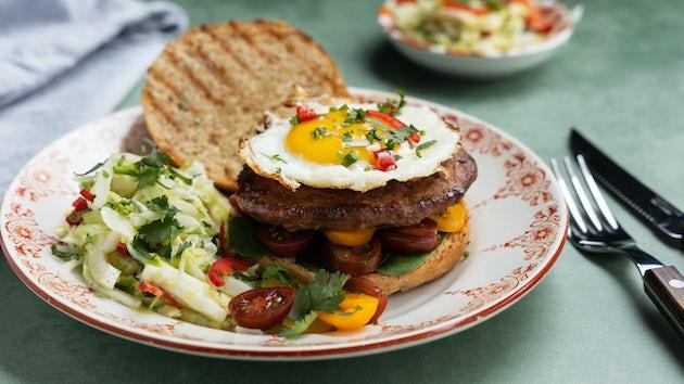 Wk 17 merguezburger en gebakken ei op een broodje met funky spitskoolslade