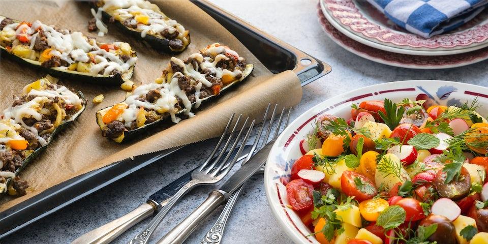 Wk 19 Courgettebootjes met Midden Oosters rundergehakt en tomaten aardappelsalade met sumak en veel verse kruide