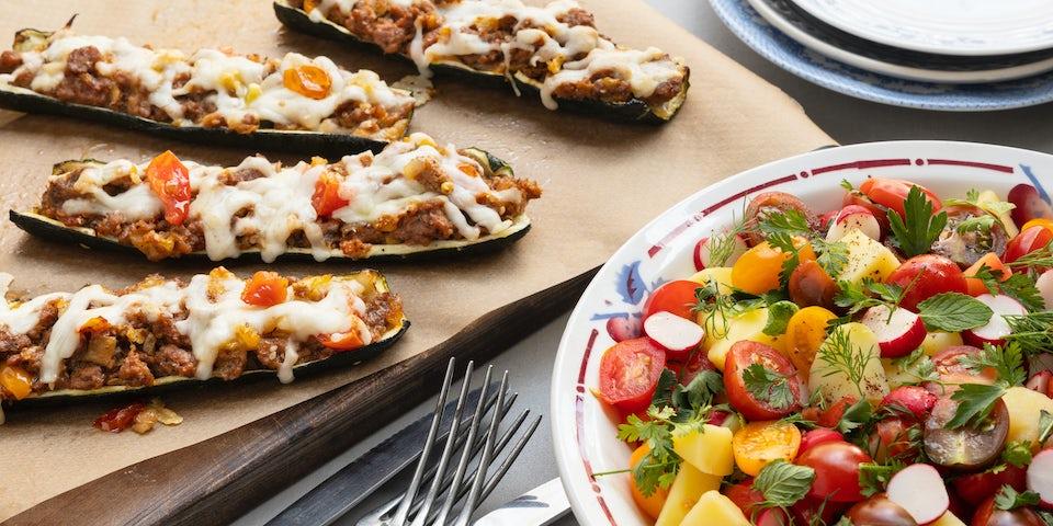 Wk 19 Courgettebootjes met Midden Oosters vegan gehakt en tomaten aardappelsalade met sumak en veel verse kruide