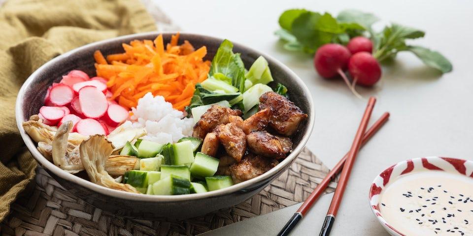 Wk 19 Pokebowl met Japanse kip ingelegde radijs komkommer paksoi en sojadressing