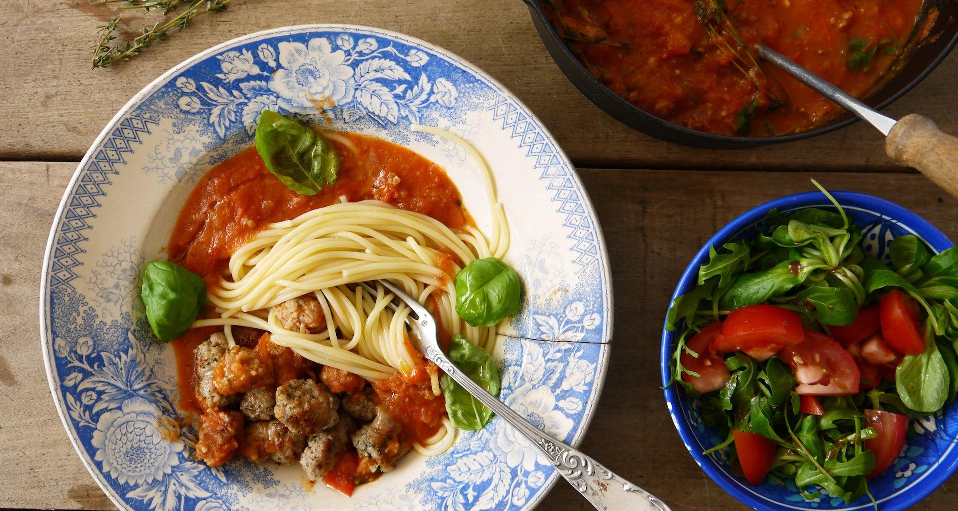 Maaltijdbox recept spaghetti met Italiaanse worst en salade