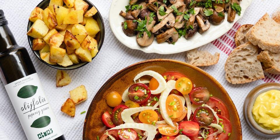 Tapas patatas aioli tomaten ensalada en champignons ajillo recept | Maaltijdbox recepten