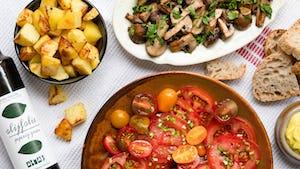 Tapas patatas aioli, tomatensalade en champinones al ajillo recept   Maaltijdbox recept