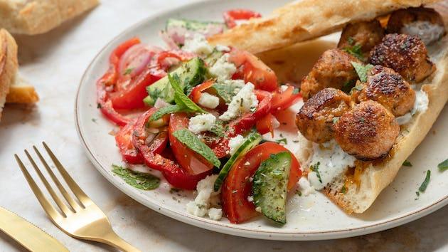 Kipköfte met Griekse salade | Maaltijdboxen recepten