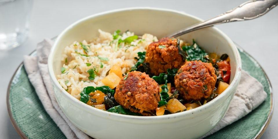 Midden Oosterse vegan gehaktballetjes in tomatensaus met palmkool en rijst | Maaltijdboxen recepten