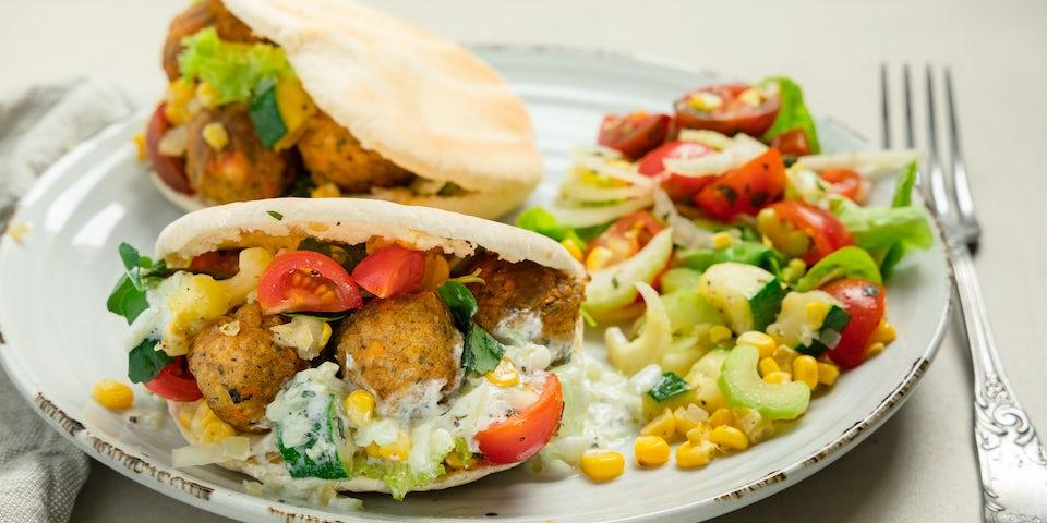 Falafel met pitabroodjes courgette mais tomatensalade en tzatziki | Maaltijdbox recepten