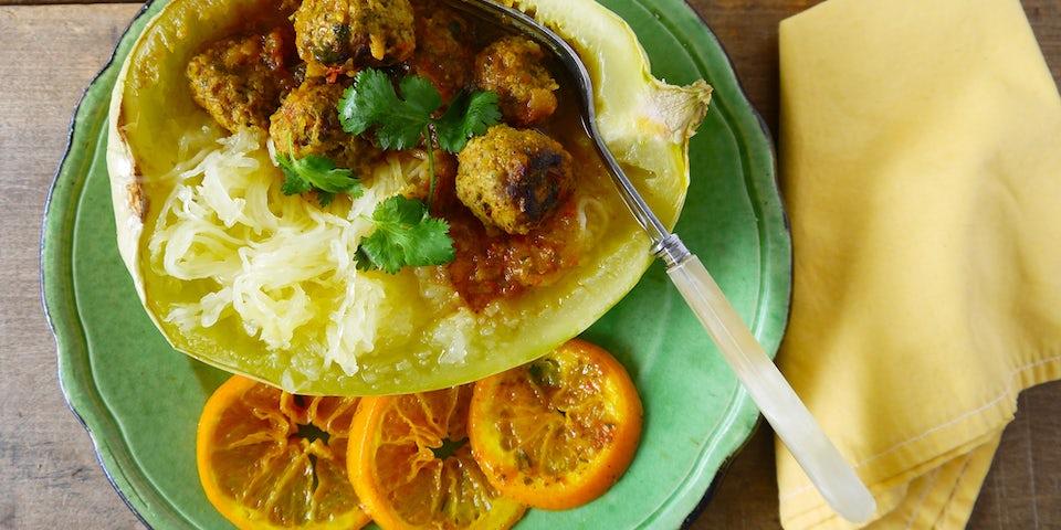 spaghettipompoen gevuld met Midden Oosterse gehaktballetjes in kruidige tomatensaus | maaltijdbox recepten
