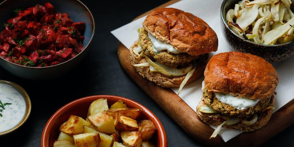 Wk 4 broodje falafelburger bietenborani geroosterde venkel en aardappeltjes