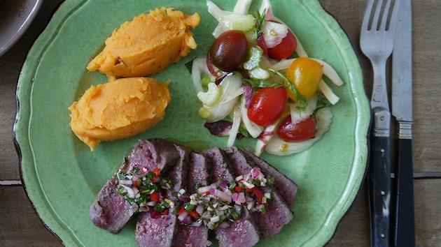 Duitse biefstuk met chimichurri en tomatensalade | maaltijdbox recepten