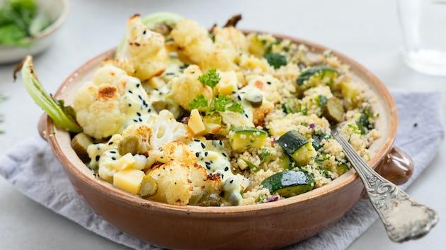 Geroosterde bloemkool met een yoghurt kerriesaus met nigellazaad en cornichons en couscous met kruiden | maaltijdbox recepten