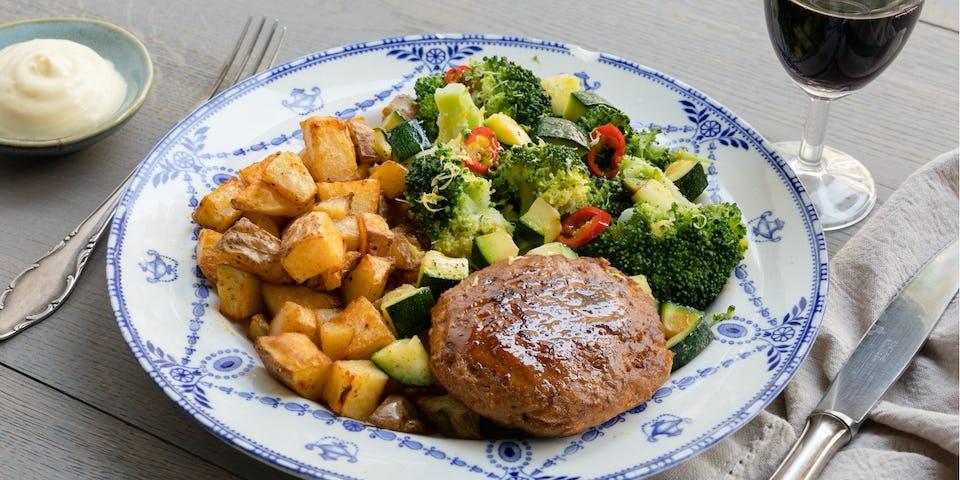 Tartaar speciaal met gebakken aardappelen courgette en citroen broccoli   maaltijdbox recepten