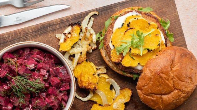 Broodje oesterzwamburger met salade de betterave, geroosterde venkel, Sweet Dumpling pompoen en aardappeltjes | Maaltijdbox recepten