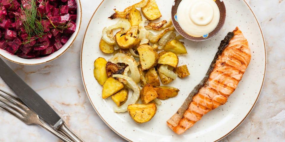 Gebakken zalmfilet met salade de betterave, venkel en aardappeltjes uit de oven   Maaltijdbox recepten