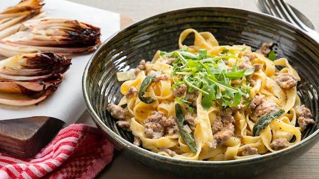 Tagliatelle met gehakt in salieroomsaus en geroosterde roodlof | Maaltijdbox recepten