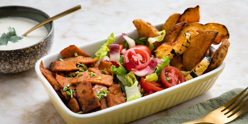 Vegan kapsalon met Karma Kebab, aardappel- en pompoenfrietjes, roodlof, cherrytomaatjes en pittige knoflooksaus | maaltijdbox recepten